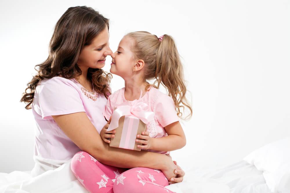 недорогие подарки девочкам на 8 марта